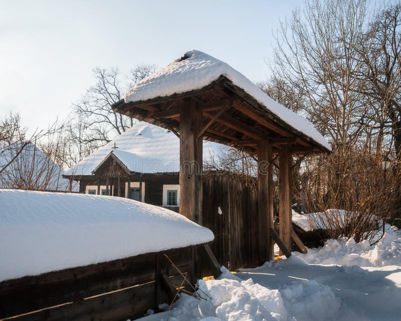 在老罗马尼亚议院的晴朗的冬日有一个木门的 库存照片