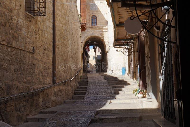 在老耶路撒冷街道上的凉快的热的天  库存图片