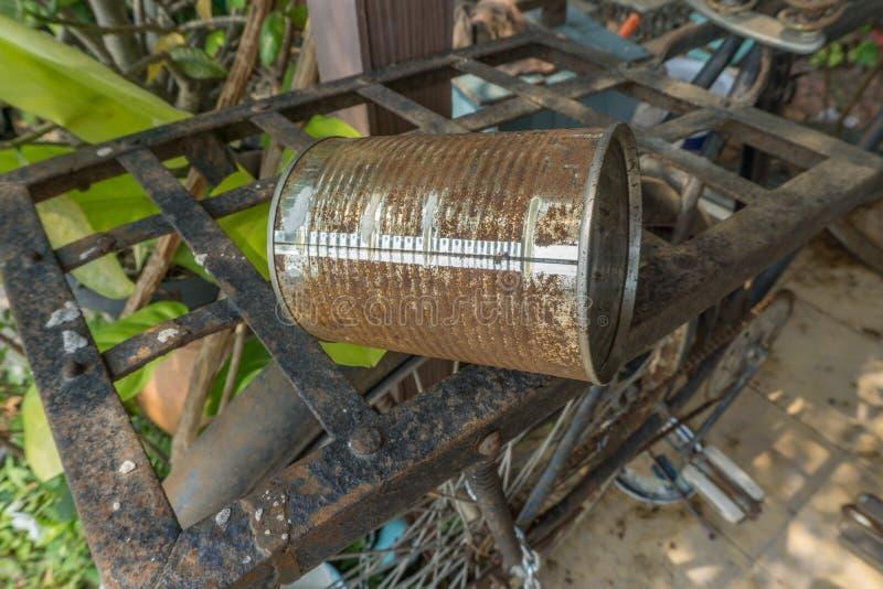 在老自行车的老生锈的锡罐 免版税图库摄影