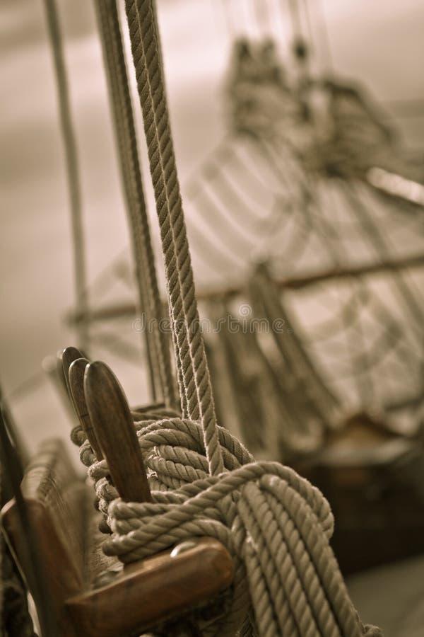在老船的绳索和索具 免版税库存图片