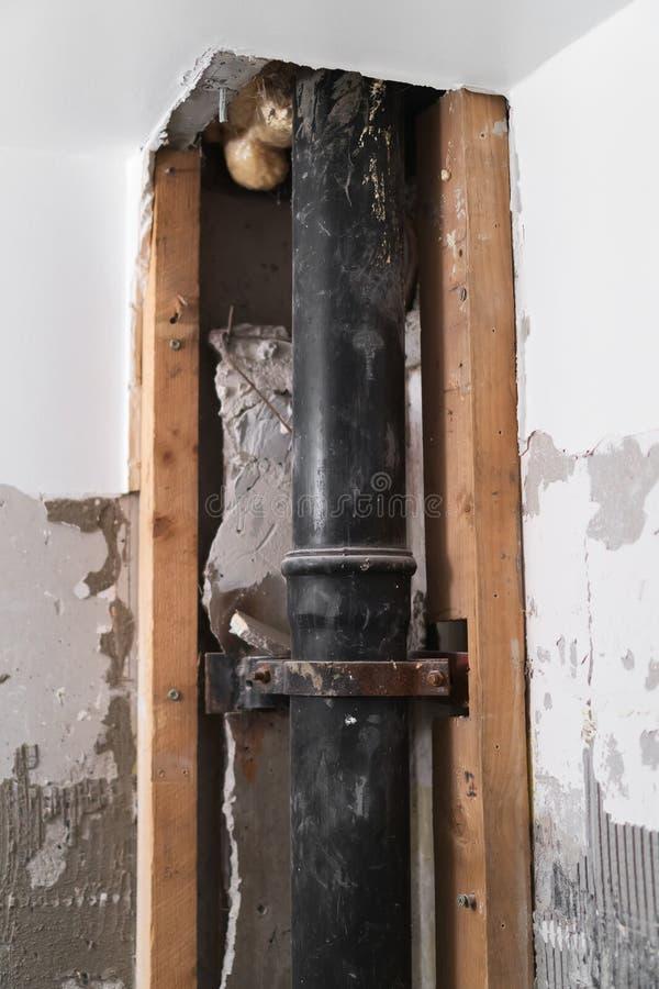 在老苏联公寓里面的污水管子 图库摄影