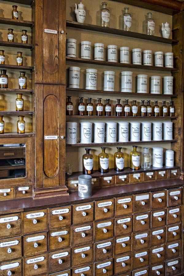 在老药房的空的瓶 库存照片
