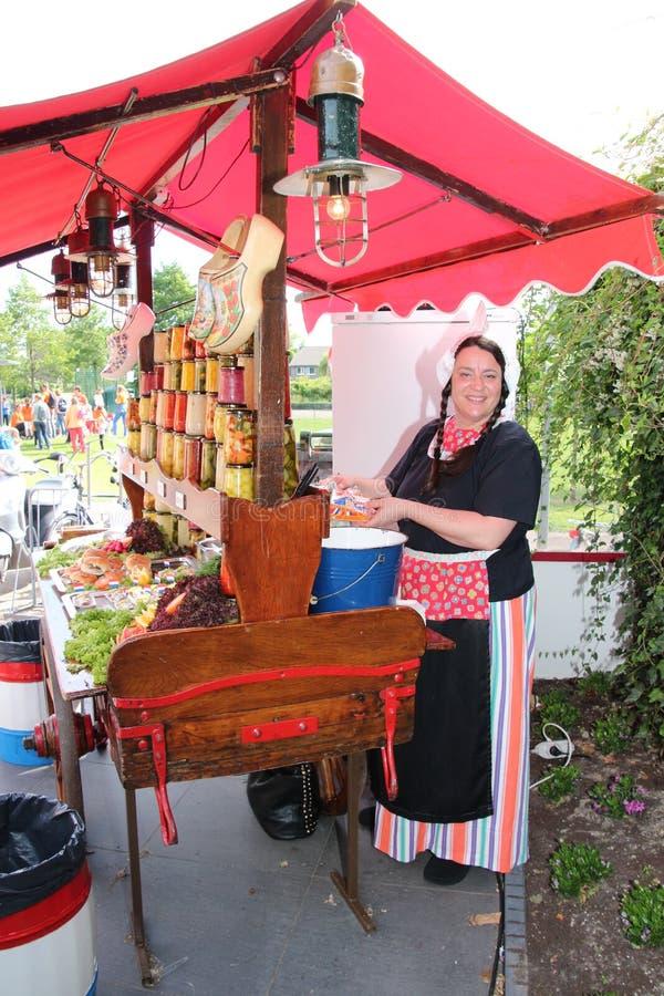 在老荷兰衣物打扮的销售夫人 库存照片