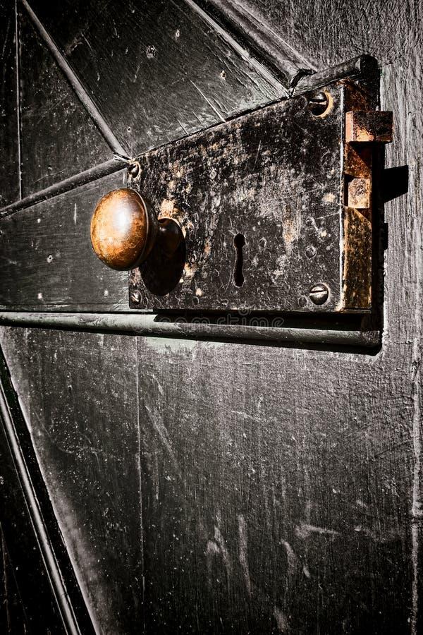 在老葡萄酒实体木材门的古色古香的门锁 库存照片