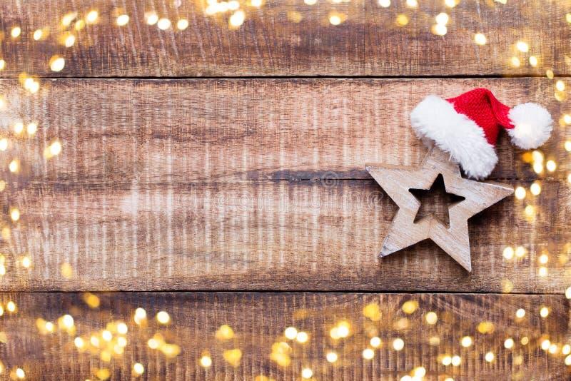 在老葡萄酒木背景的圣诞节装饰 图库摄影
