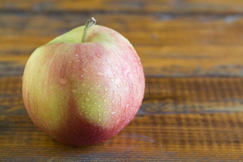 在老葡萄酒木背景的新鲜的苹果 库存图片