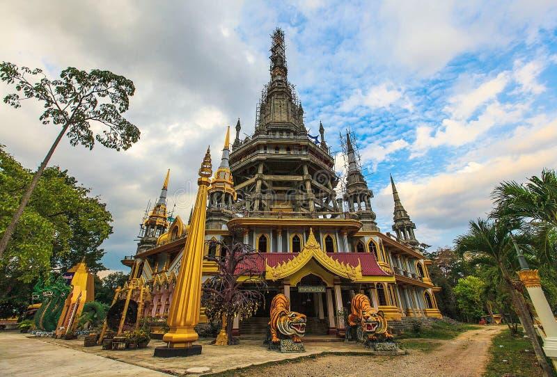 在老虎洞寺庙的Chedi, Krabi,在泰国南部 图库摄影