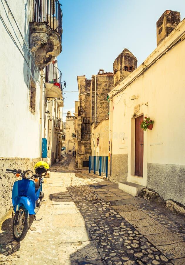 在老街道上的大黄蜂类意大利滑行车 免版税库存图片