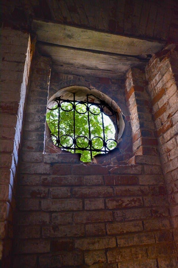 在老被破坏的教会里面在俄罗斯 库存照片