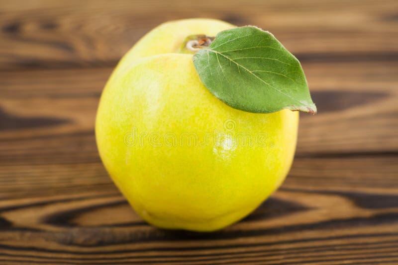 在老被风化的土气木桌上的一个整个新鲜的成熟柑橘 库存图片