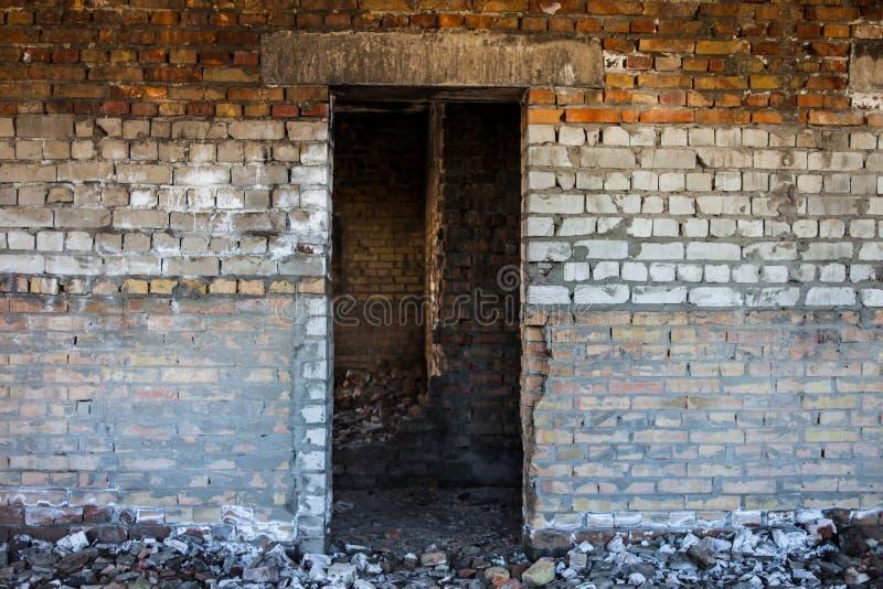 在老被破坏的砖瓦房里面的门开口 免版税库存照片