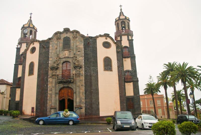 在老西班牙教会的灵柩车在阴暗天 库存照片