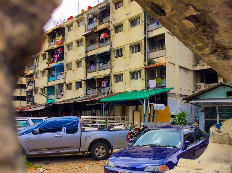 在老议院的看法有汽车的在曼谷少数民族居住区 夏天 库存图片