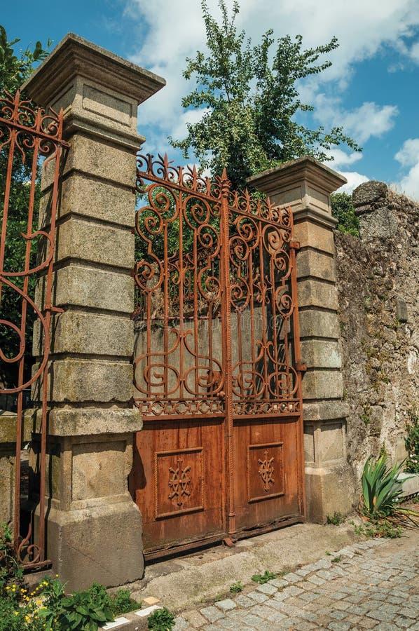 在老豪宅前面的铁锈报道的铁门 免版税库存照片