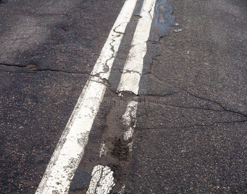 在老路的双重白色表示的线 免版税库存图片