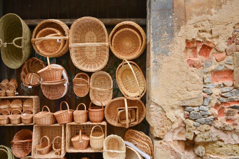 在老轻快和石墙上的被编织的藤茎篮子 免版税库存图片