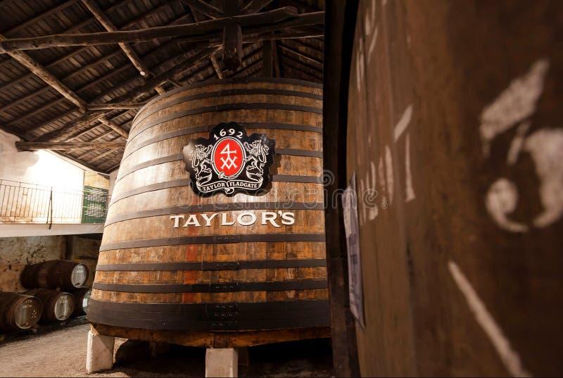 在老酿酒厂裁缝的里面巨大的木桶,做波尔图酒的它由1692在传统葡萄酒酿造 免版税库存照片