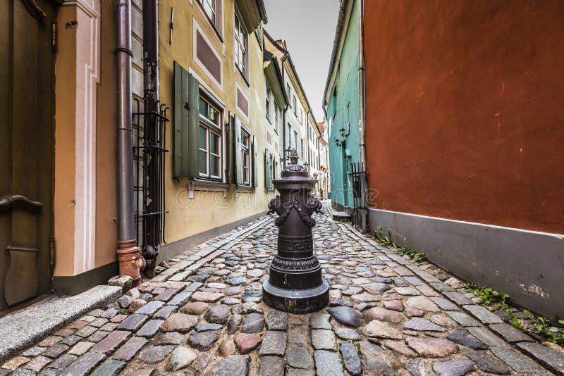 在老里加ci狭窄的中世纪街道的装饰水体  库存照片