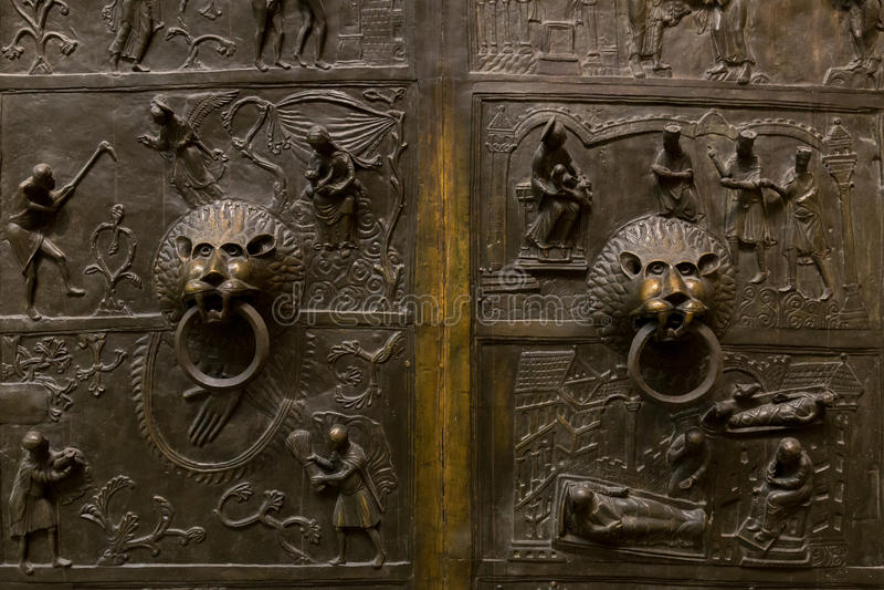 Download 在老金属门的狮子顶头敲门人 库存照片. 图片 包括有 布琼布拉, 聚会所, 把柄, 入口, 成交, 退出 - 62536634
