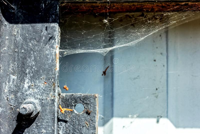 在老铁篱芭上的网 免版税库存照片