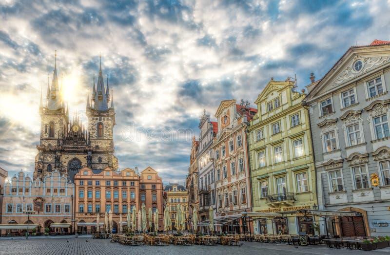 在老镇中心布拉格的日出 库存图片