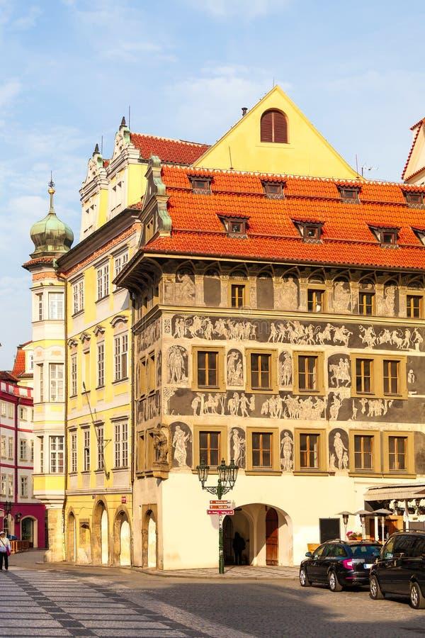 在老镇中心的美丽的被绘的大厦在布拉格 库存图片
