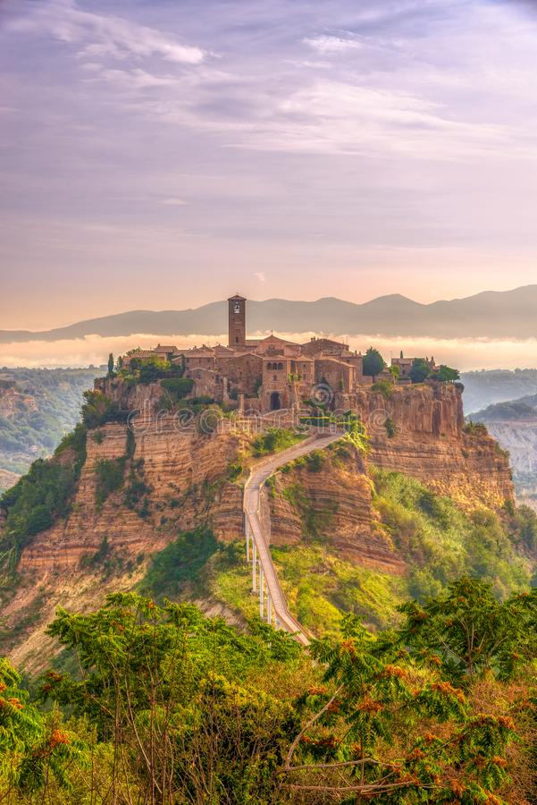 在老镇奇维塔二巴尼奥雷焦的早晨视图在意大利 免版税库存照片