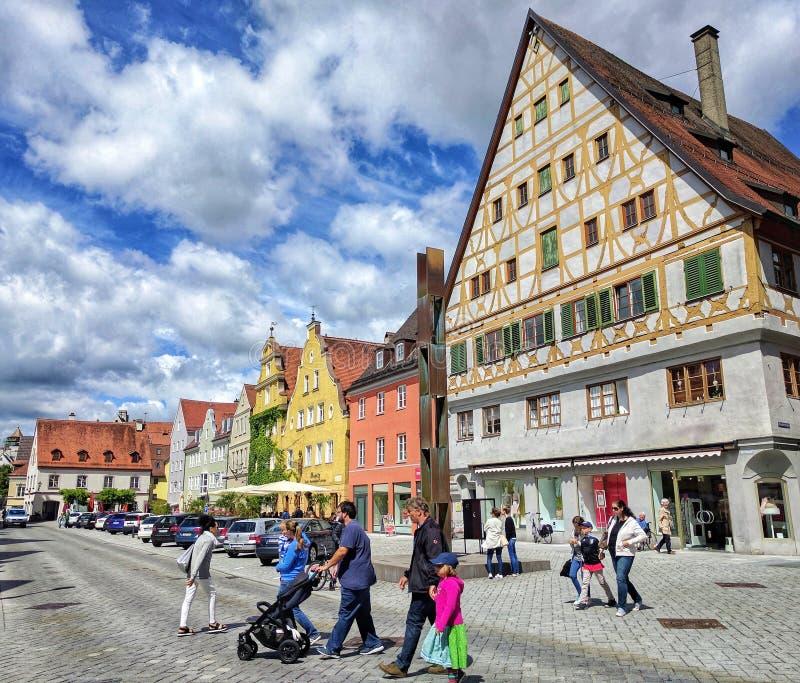 在老镇梅明根街道上的梅明根,巴伐利亚,德国- 2017 7月1日,五颜六色的房子  库存图片