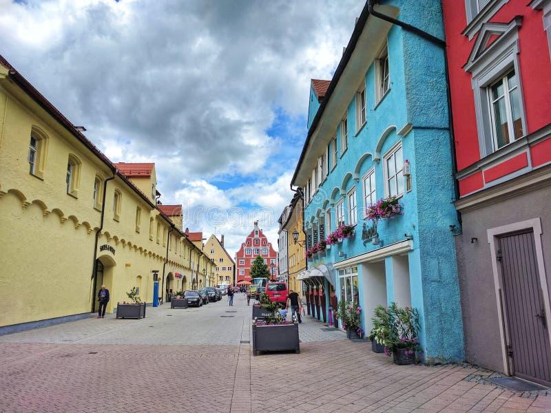 在老镇梅明根街道上的梅明根,巴伐利亚,德国- 2017 7月1日,五颜六色的房子  免版税库存照片