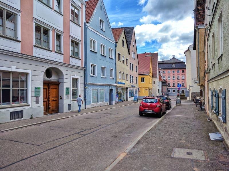 在老镇梅明根街道上的梅明根,巴伐利亚,德国- 2017 7月1日,五颜六色的房子  库存照片
