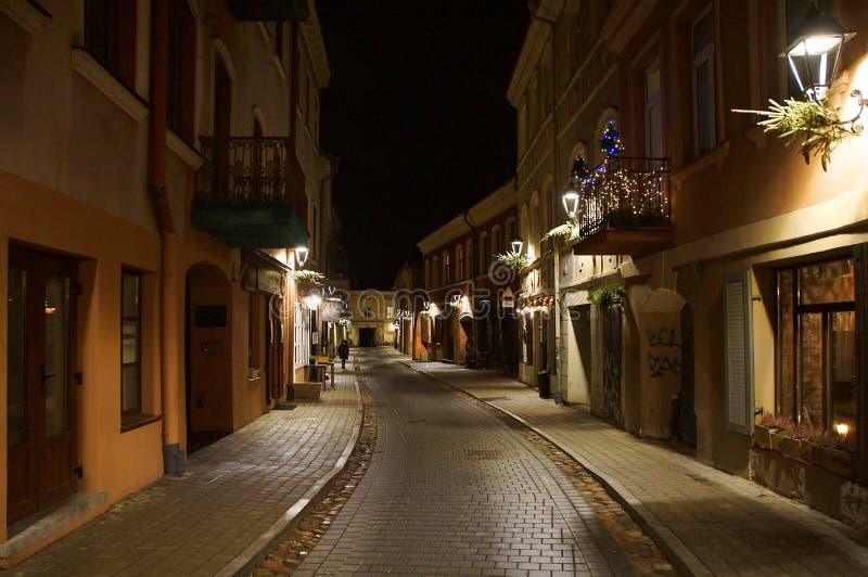 在老镇的狭窄的街道上的冬天晚上 图库摄影