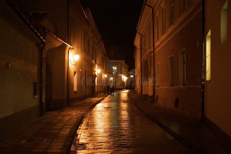 在老镇的狭窄的街道上的冬天晚上 库存照片