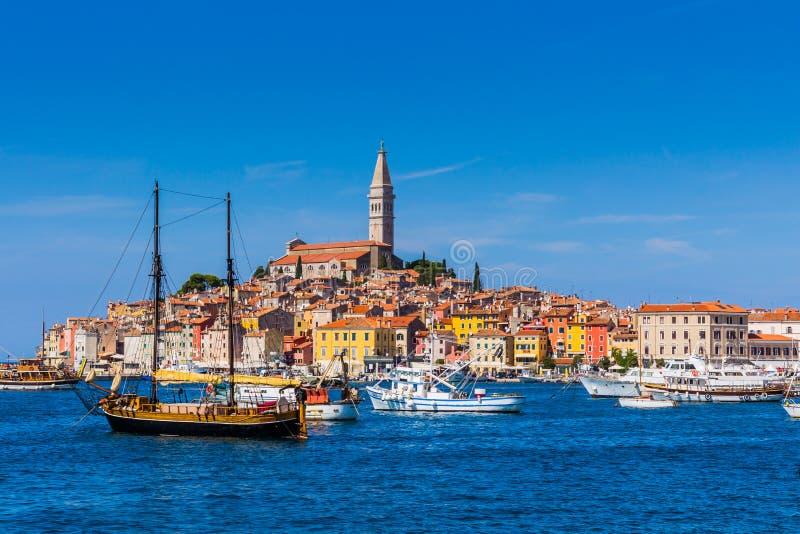 在老镇罗维尼的全景从港口 Istria半岛,克罗地亚 免版税库存照片
