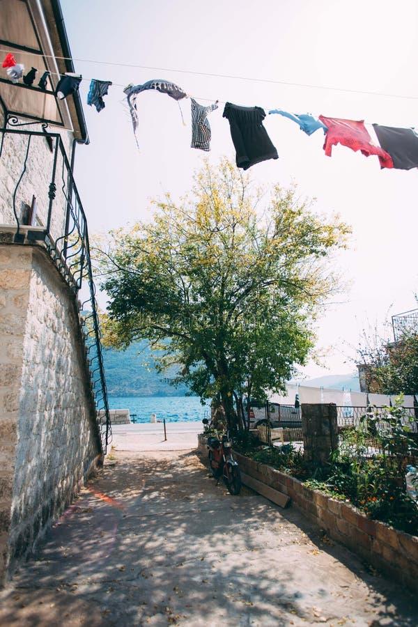 在老镇街道上的新鲜的洗衣店干燥  免版税库存照片