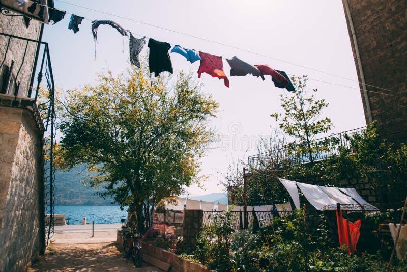 在老镇街道上的新鲜的洗衣店干燥  库存照片