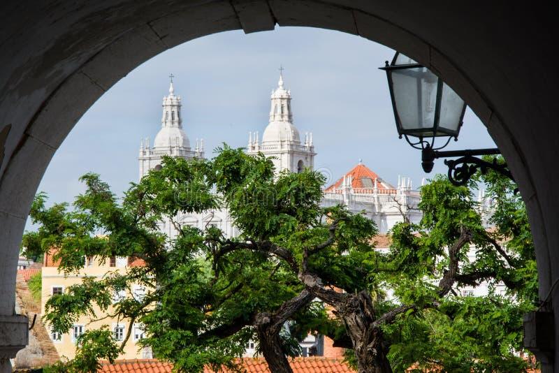 在老镇Alfama的看法在里斯本 免版税库存照片