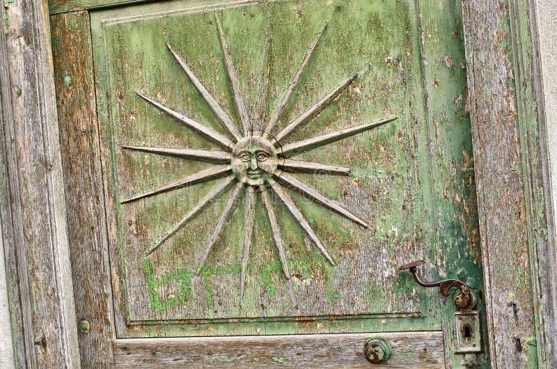在老门的太阳标志 免版税库存照片