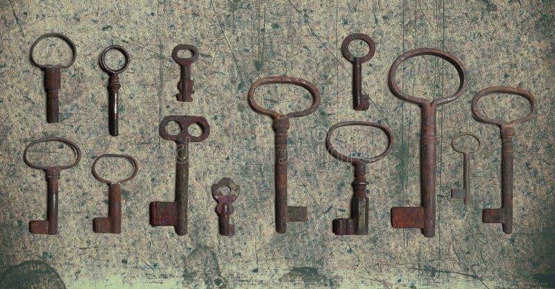 在老织地不很细纸的老钥匙与自然样式 库存照片