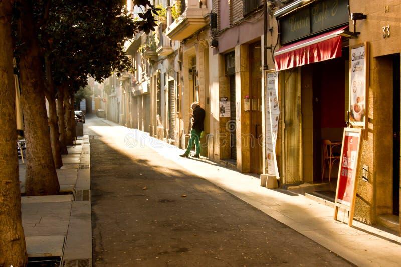在老巴塞罗那街道的男性 库存图片