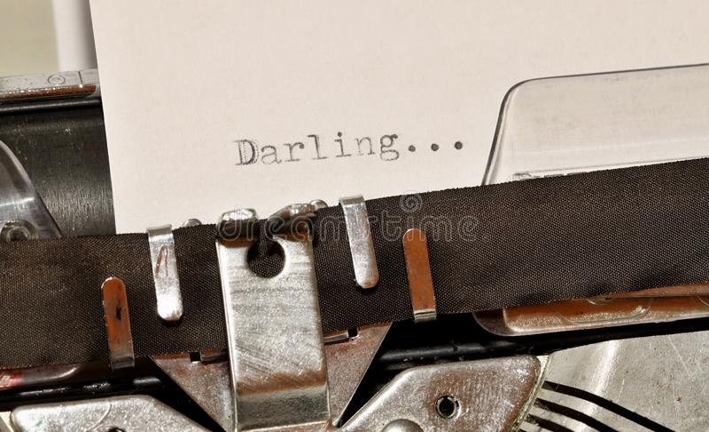 在老黑typwriter键入的亲爱的词 库存图片