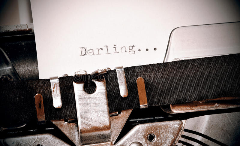 在老黑typwriter键入的亲爱的词 图库摄影