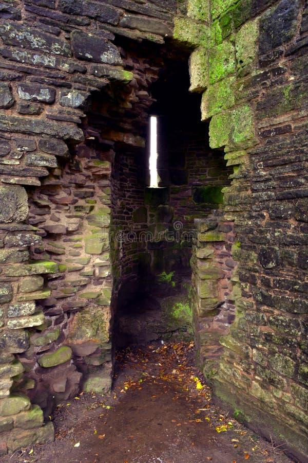 在老Llanthony小修道院, Abergavenny, Monmouthshire,威尔士,英国墙壁的被破坏的秘密台阶  免版税库存照片