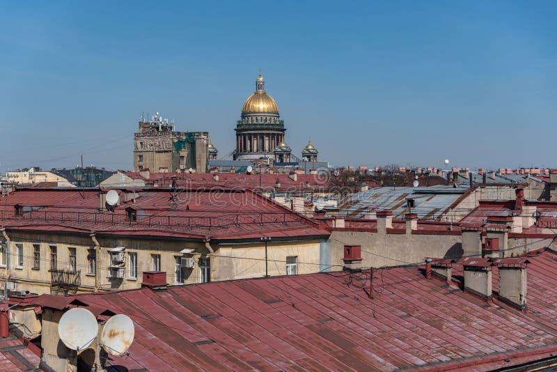在老Sankt圣以撒大教堂Peterburg和圆顶的大厦历史的中心屋顶的看法  库存图片