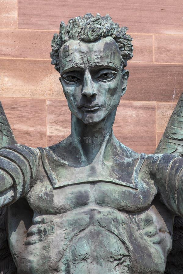 在考文垂大教堂的圣迈克尔雕塑 免版税库存照片