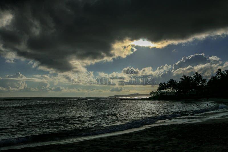 在考艾岛海岛上的热带日落在夏威夷 库存照片