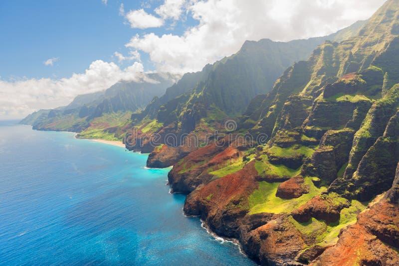 在考艾岛海岛上的Na梵语海岸在夏天 免版税库存照片