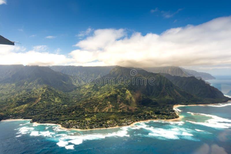 在考艾岛热带夏威夷海岛上的考艾岛山  免版税库存照片