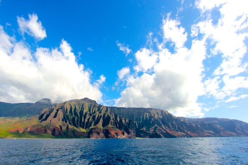 在考艾岛,夏威夷侏罗纪公园的偶象Na梵语海岸线背景震惊的秀丽 库存图片