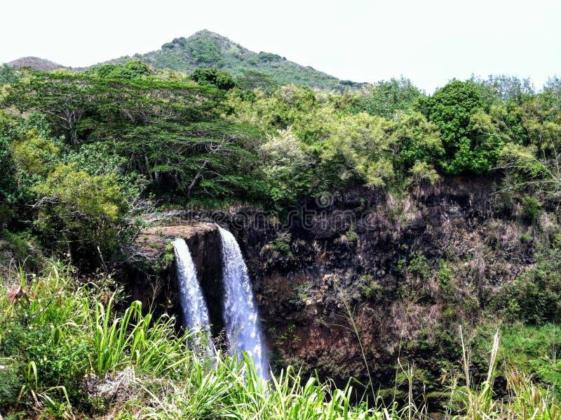 在考艾岛,夏威夷的庄严双Wailua瀑布 库存图片