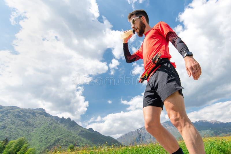 在耐力期间,山赛跑者得到丝绸并且休息 免版税图库摄影